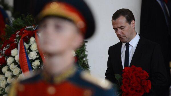 Председатель правительства России Дмитрий Медведев на церемонии прощания с политиком Евгением Примаковым в Колонном зале Дома Союзов