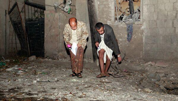 Место взрыва заминированного автомобиля в столице Йемена Сане