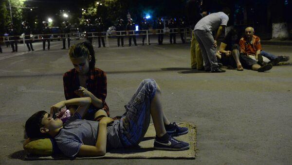 Участники акции протеста на проспекте Баграмяна в Ереване. Архивное фото