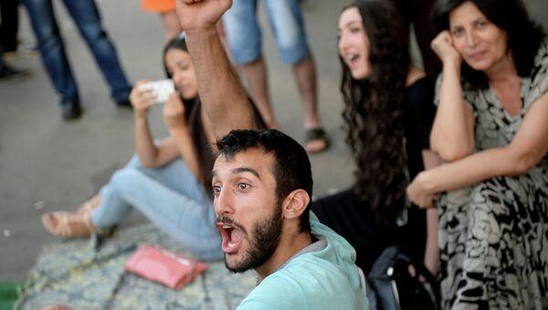 Участники акции протеста на проспекте Баграмяна в Ереване