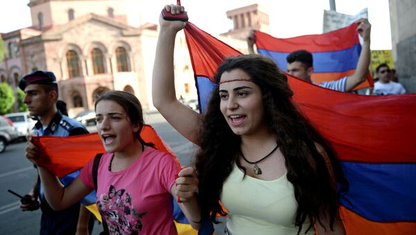 Граждане Армении с флагом страны. Архивное фото