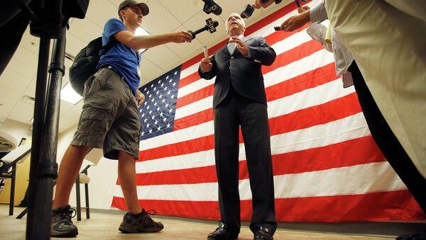 Сенатор Джон Маккейн беседует с журналистами