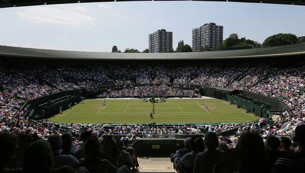 Зрители наблюдают за теннисным матчем на корте номер один в Уимблдоне. Архивное фото