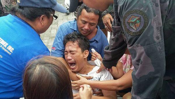 Пассажир с затонувшего парома в Маниле, Филиппины