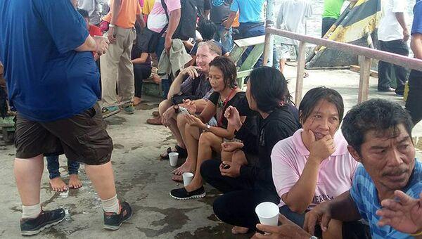 Выжившие пассажиры затонувшего парома в Маниле, Филиппины