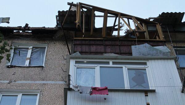 Дом, поврежденный в результате обстрела, в Октябрьском районе Донецка. Архивное фото
