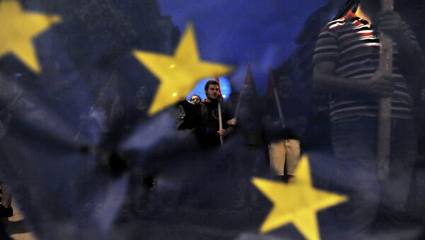 Протестующие перед зданием парламента в Афинах