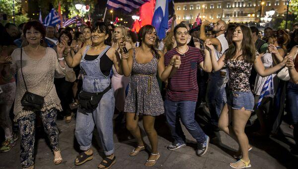 Сторонники Нет празднуют победу по итогам референдума. Афины, Греция