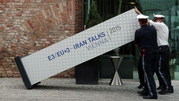 Стенд с анонсом переговоров шестерки и Ирана в Вене