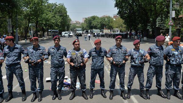 Сотрудники полиции во время акции протеста в Ереване, 7 июля 2015