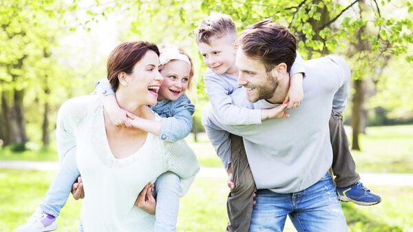 Семейная пара с детьми