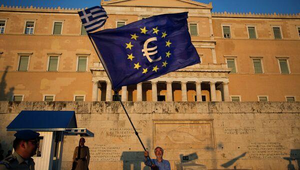 Флаги Греции и ЕС у здания парламента в Афинах. Архивное фото