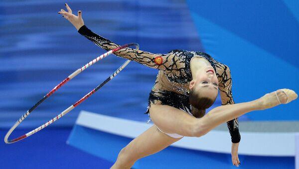 Мария Титова (Россия) выполняет упражнения с обручем. Архивное фото