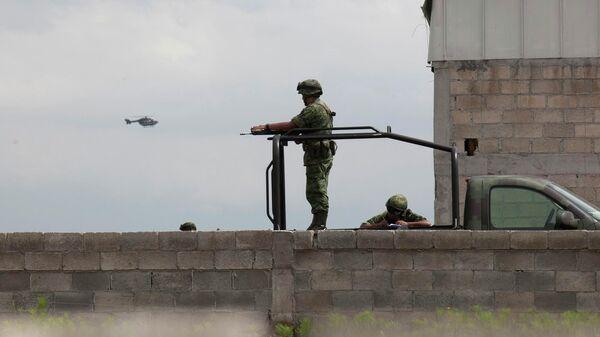 Солдаты охраняют здание недалеко от тюрьмы строгого режима в Альтиплано, Мексика. Архивное фото