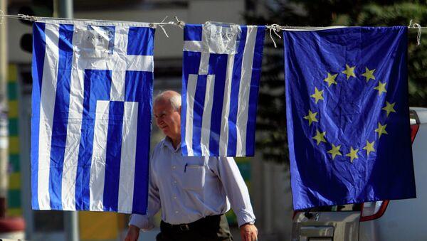 Флаги Греции и Евросоюза на улице в Тессалониках, Греция. Архивное фото