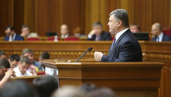 Президент Украины Пётр Порошенко выступает на заседании Верховной рады Украины. Архивное фото