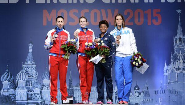 Призеры соревнований среди женщин по фехтованию на рапирах на чемпионате мира в Москве во время церемонии награждения