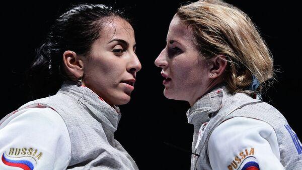 Российские рапиристки Аида Шанаева и Инна Дериглазова на чемпионате мира по фехтованию в Москве.