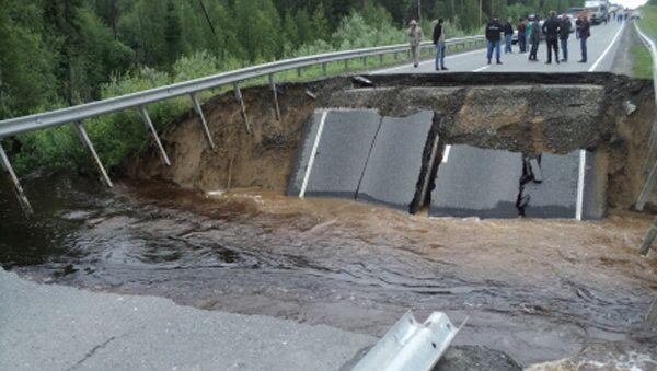 Размытие грунта на 447 км федеральной автодороги Тюмень - Ханты-Мансийск