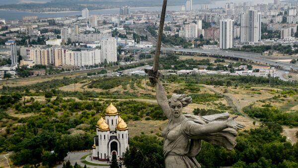 Монумент Родина-мать зовёт! на Мамаевом кургане в Волгограде. Слева - Всехсвятская церковь. Архивное фото