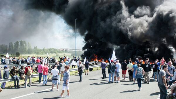 Забастовка французских моряков, бастующие жгут покрышки