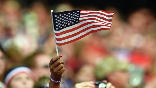 Женщина держит флаг США