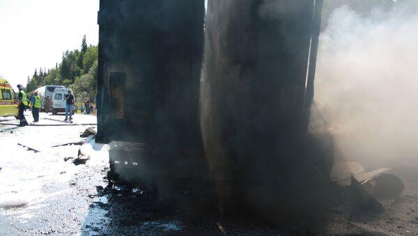 Сотрудники МЧС и полиции на месте ДТП с участием рейсового автобуса в Козульском районе Красноярского края. 22 июля 2015