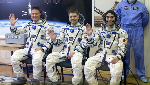 Участники основного экипажа транспортного пилотируемого корабля Союз ТМА-17М 44/45: астронавт Кимия Юи, космонавт Роскосмоса Олег Кононенко и астронавт НАСА Челл Линдгрен. Архивное фото