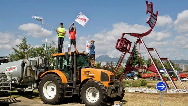 Фермеры заблокировали дорогу в Клермон-Ферране, Франция. Архивное фото