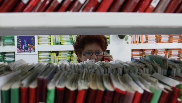 Сотрудница регистратуры, архивное фото