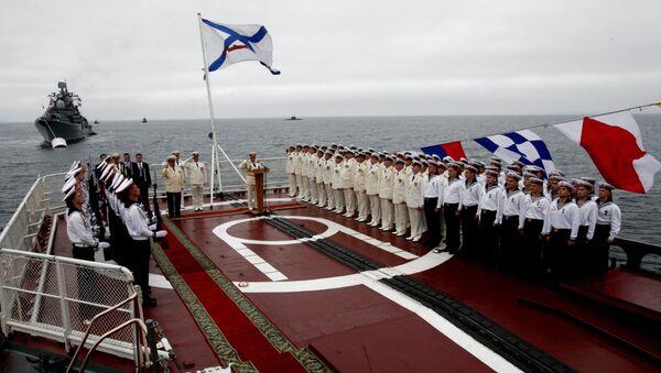 Торжественное построение моряков Тихоокеанского флота в честь празднования Дня Военно-морского флота России во Владивостоке. Архив