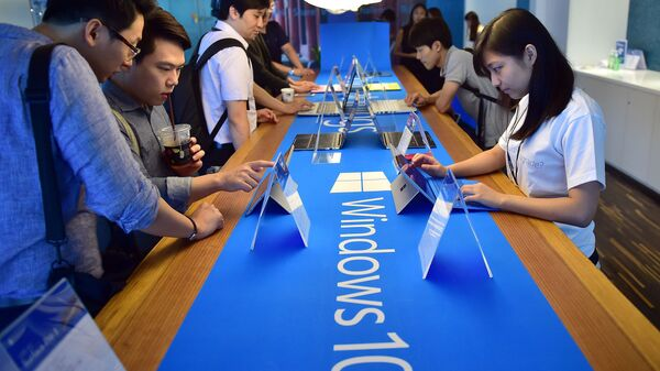 Пользователи тестируют операционную систему Windows 10 во время старта продаж в Сеуле