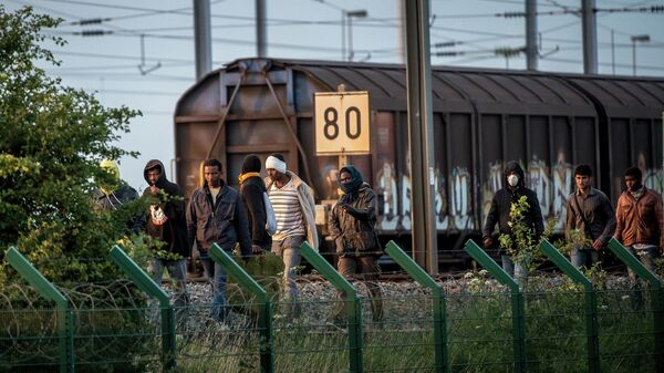 Мигранты на железнодорожных путях Евротуннеля на севере Франции