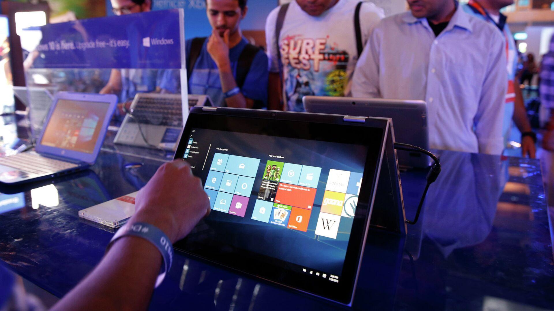 Пользователи тестируют Windows 10 в Нью-Дели, Индия - РИА Новости, 1920, 28.12.2020