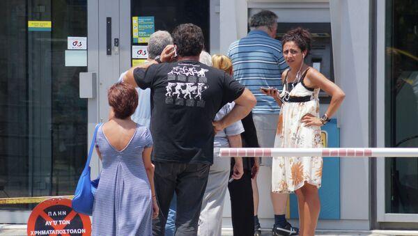 Местные жители у банкомата в Афинах. Архивное фото