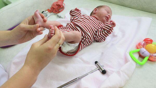 Ребенок в новом кабинете перинатального центра. Архивное фото