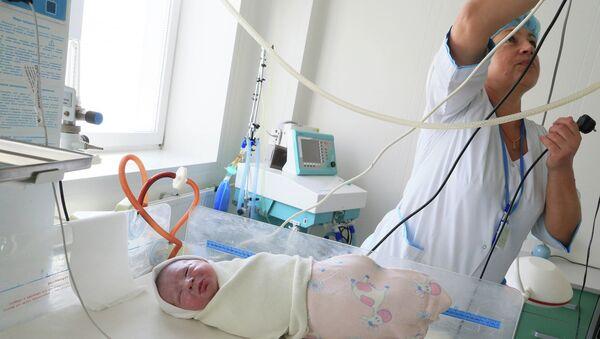 Ребенок в родовом отделении регионального перинатального центра. Архивное фото