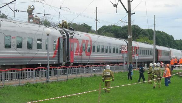 На месте ДТП на железнодорожном переезде в Белгородской области, где поезд столкнулся с КамАЗом
