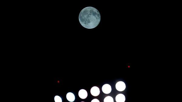 Голубая луна в небе над Чикаго