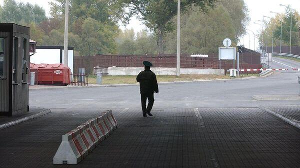 Пограничник на границе между Белоруссией и Польшей