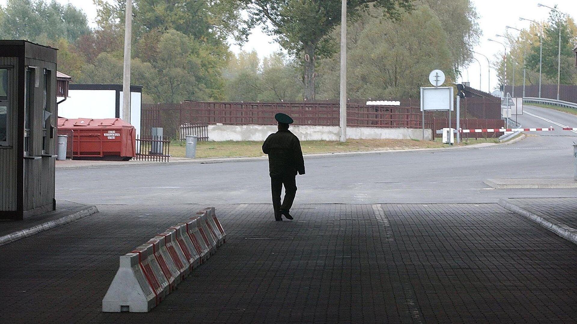 Пограничник на границе между Белоруссией и Польшей - РИА Новости, 1920, 12.07.2021