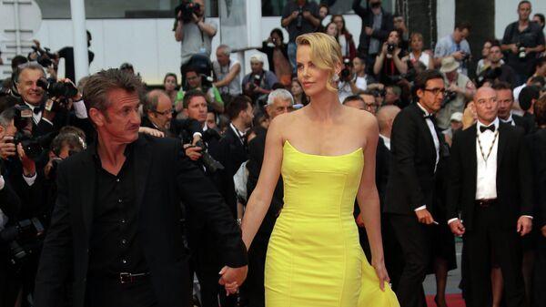 Американская модель и киноактриса южноафриканского происхождения Шарлиз Терон и американский актер и кинорежиссер Шон Пенн . 68-й Каннский кинофестиваль
