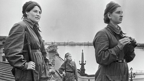 Девушки-бойцы на боевом дежурстве во время блокады Ленинграда