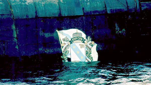 Поднятая на поверхность часть с эмблемой подводной лодки Курск