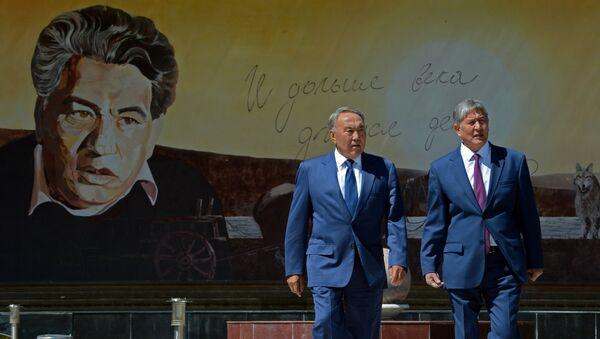 Нурсултан Назарбаев и Алмазбек Атамбаев во время церемонии отмены таможенного контроля на киргизско-казахстанском участке госграницы