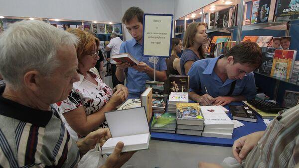 Посетители на книжной ярмарке. Киев, Украина