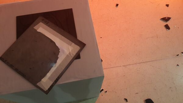 Поврежденные экспонаты православными активистами на выставке в Манеже