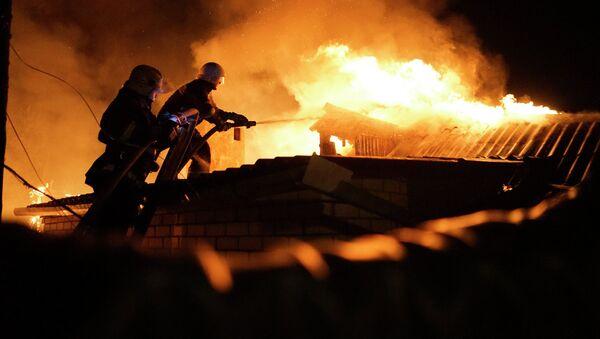 Пожарные тушат дом в Донецке после ночного обстрела. Архивное фото