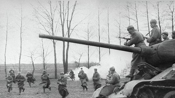 Советские танки и пехота атакуют позиции немцев.