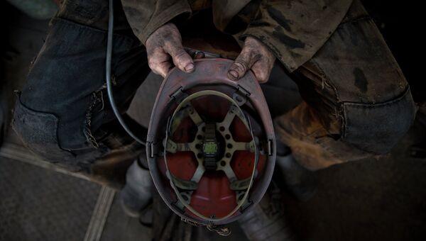 Шахтер на угольной шахте. Архивное фото
